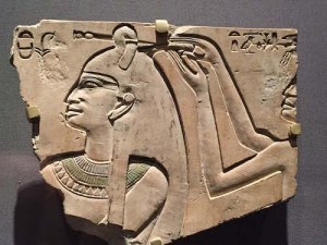Henut does Queen Neferu's hair, 11th dynasty (2051-2000 B.C.) Courtesy: Brooklyn Museum